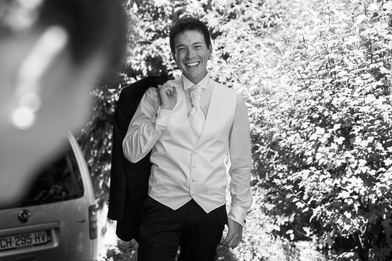 Marié avec son grand sourire et sa veste de  costume sur l'épaule