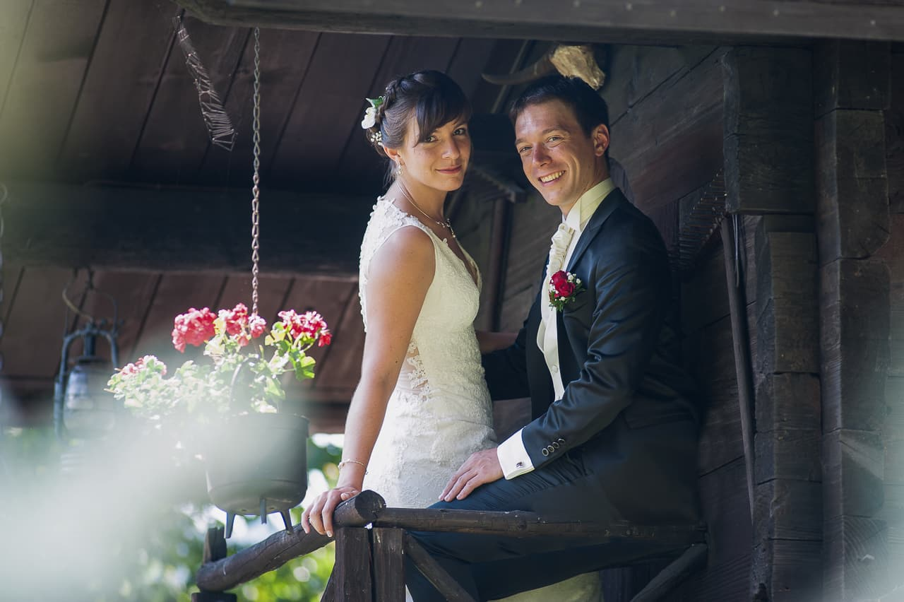 Les mariés sur le rebord du chalet