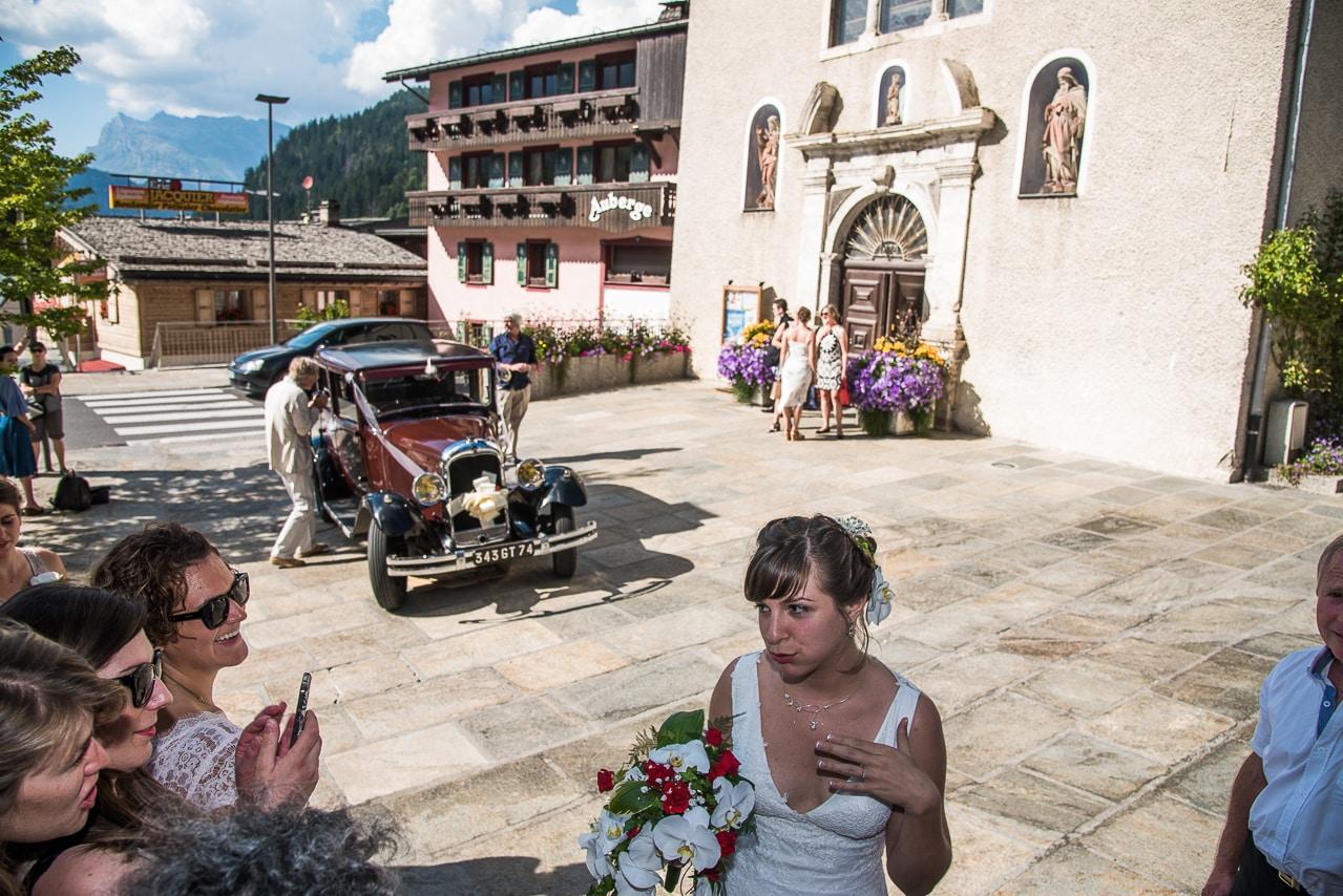 Mariée devant l'église avec les convives