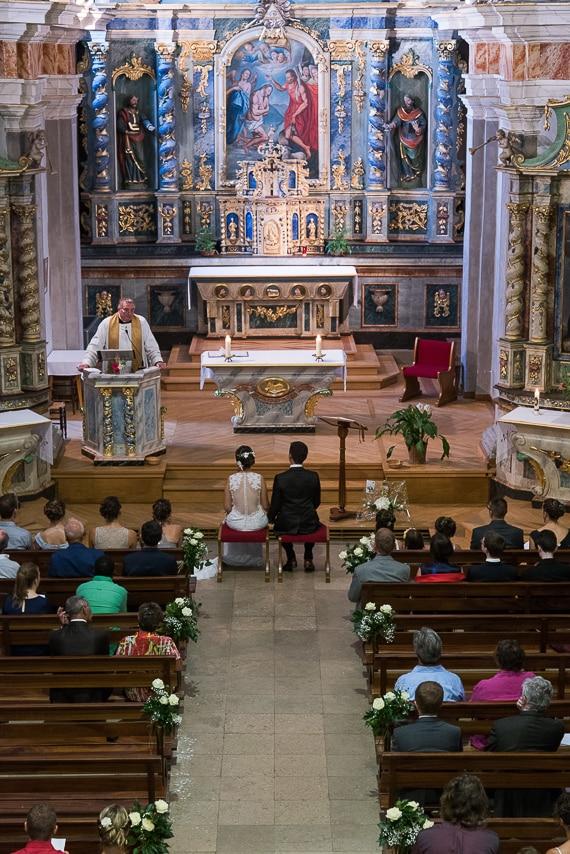 Les mariés à l'intérieur de l'église