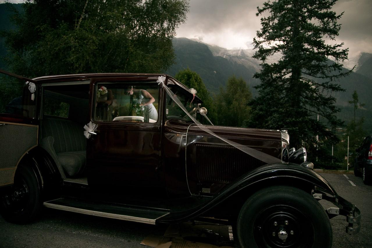 La magnifique voiture ancienne avec la  montagne en arrière plan