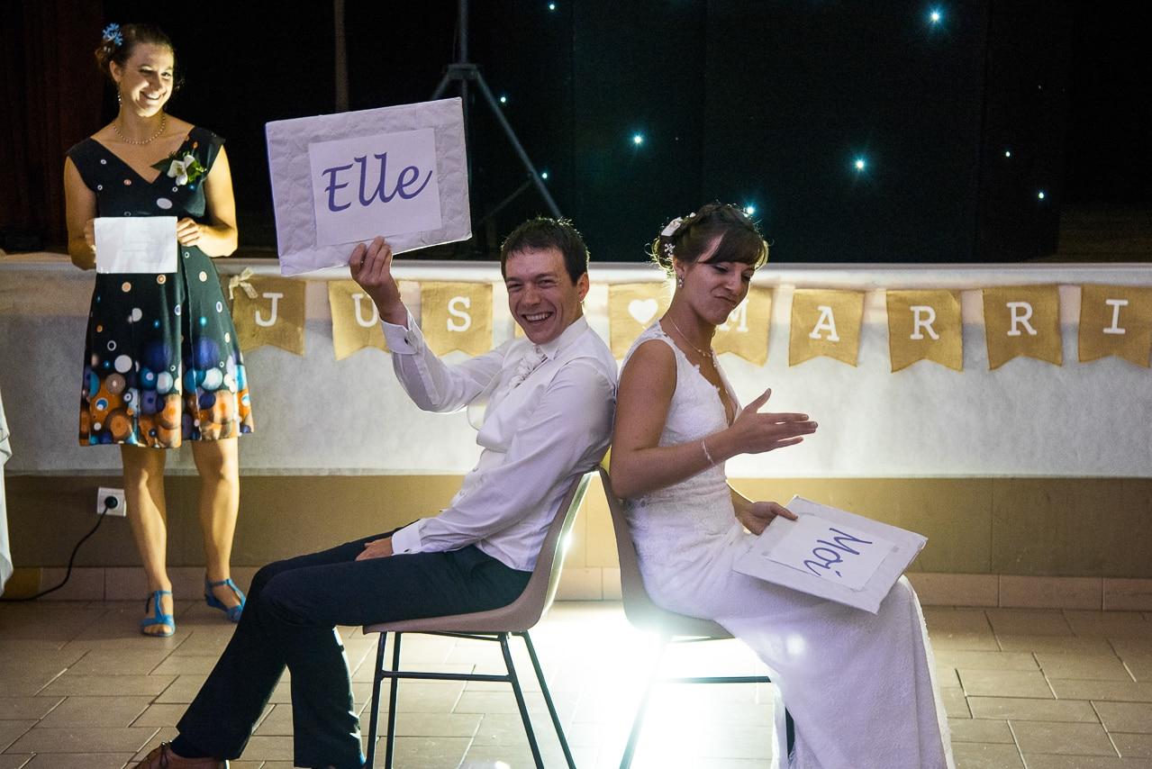 Les mariés pendant un jeu durant la soirée  de mariage