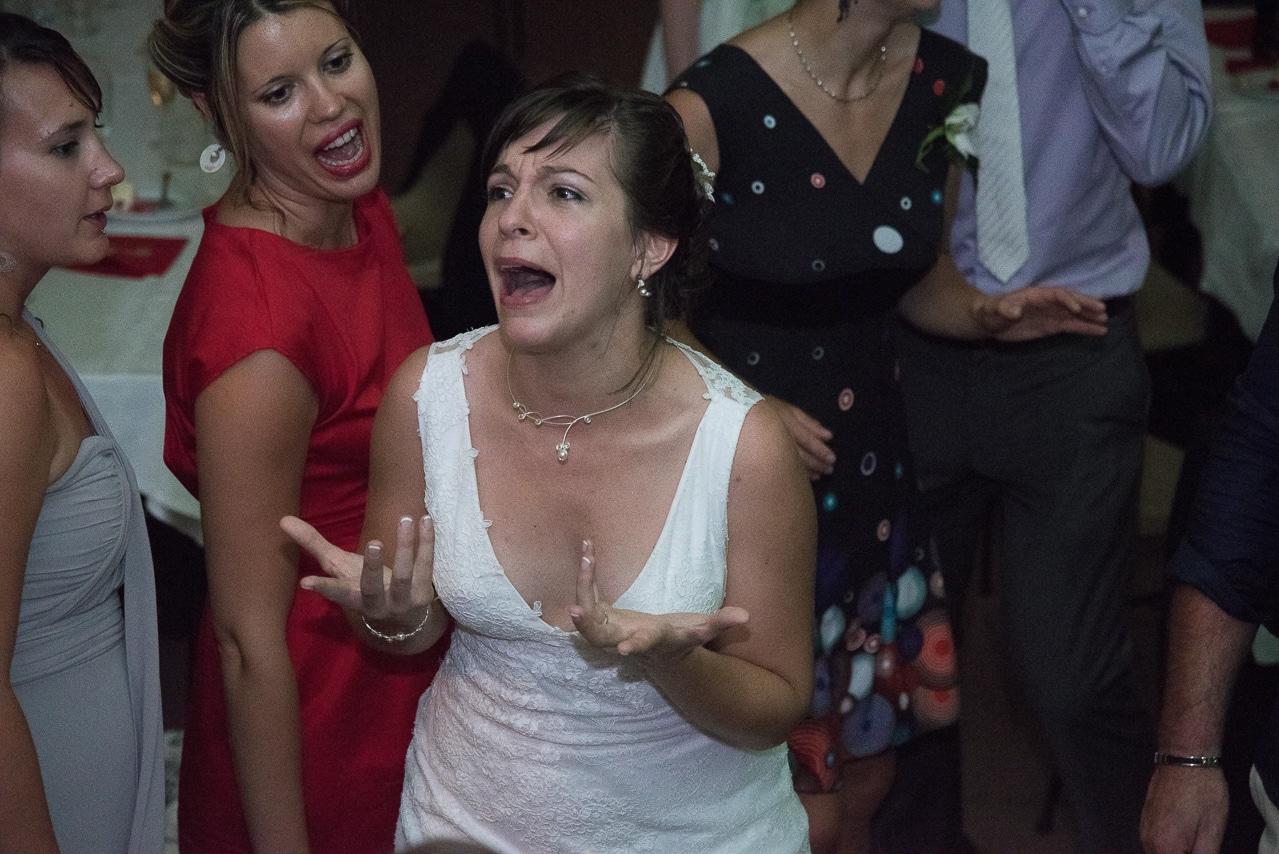 Mariée expressive entourée de ses invités