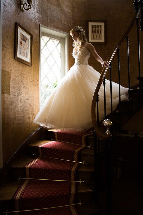 Mariée descendant les escaliers dans sa  jolie robe de mariée