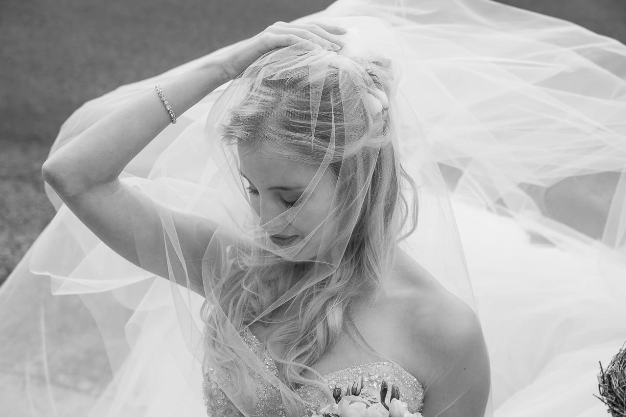Portrait de la magnifique mariée en  noir et blanc