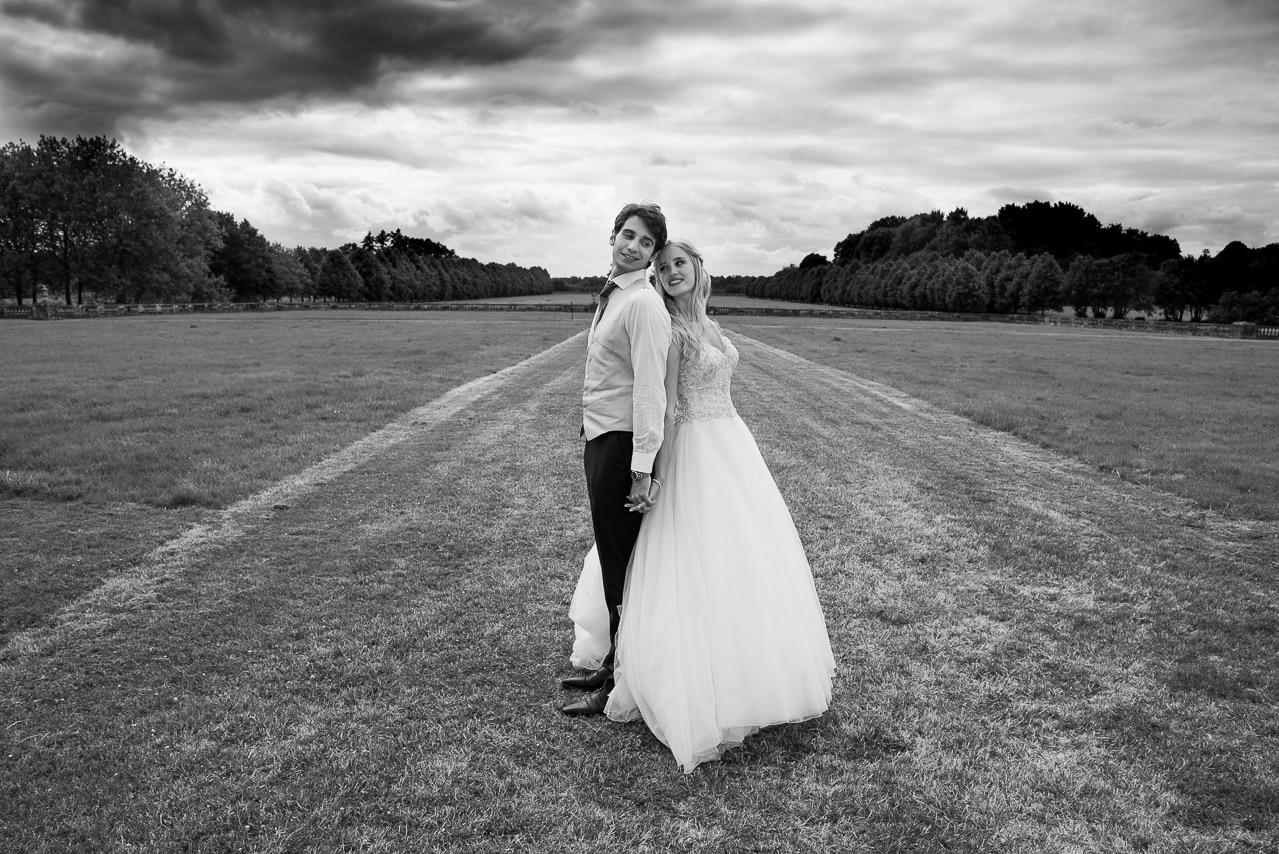 Mariés sur l'herbe dans un jardin