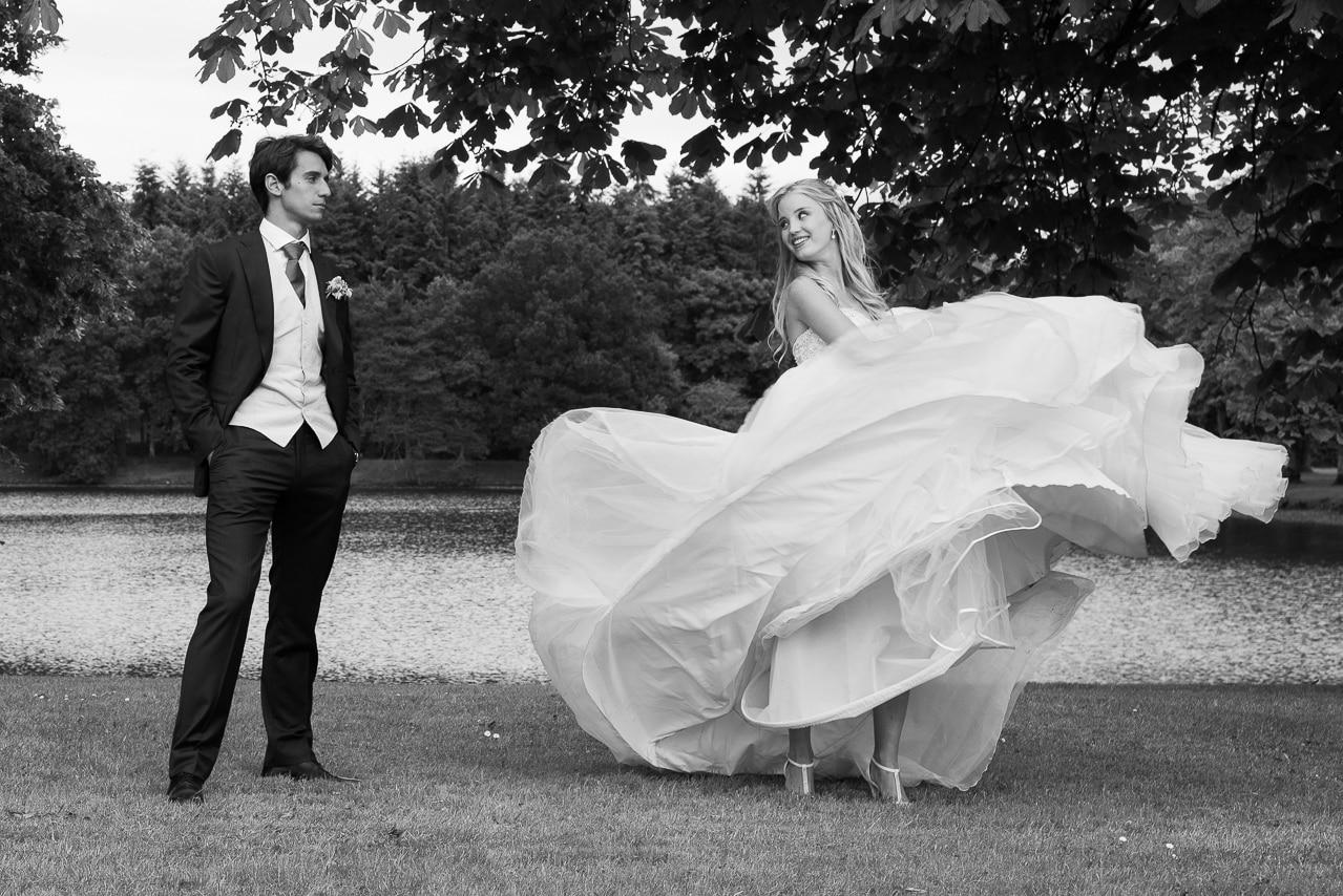 Mariés se regardant dans un jardin