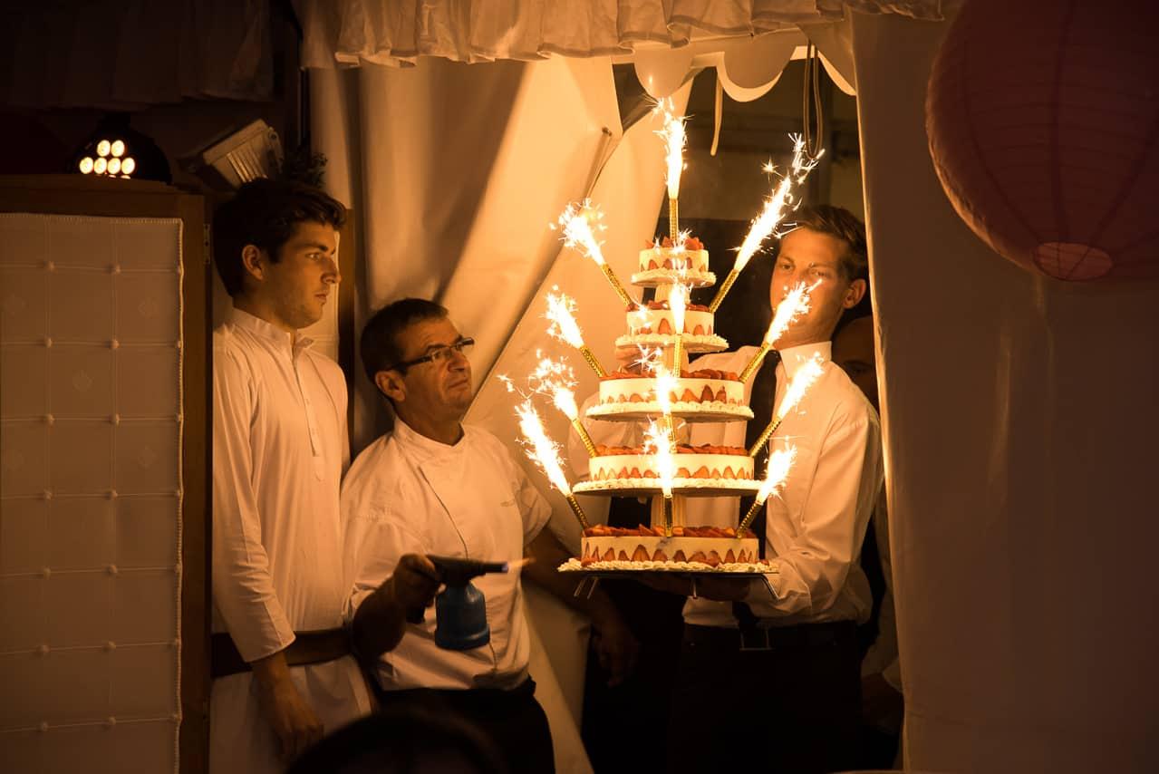 L'arrivée du gâteau de mariage