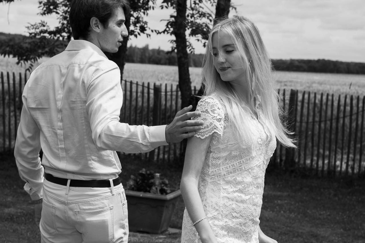 Mariés dans un jardin en Normandie