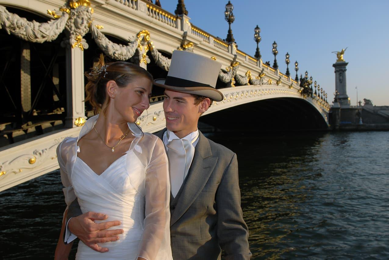 Mariés près du pont Alexandre III à Paris