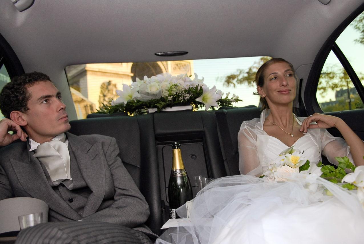 Mariés à l'arrière de leur voiture