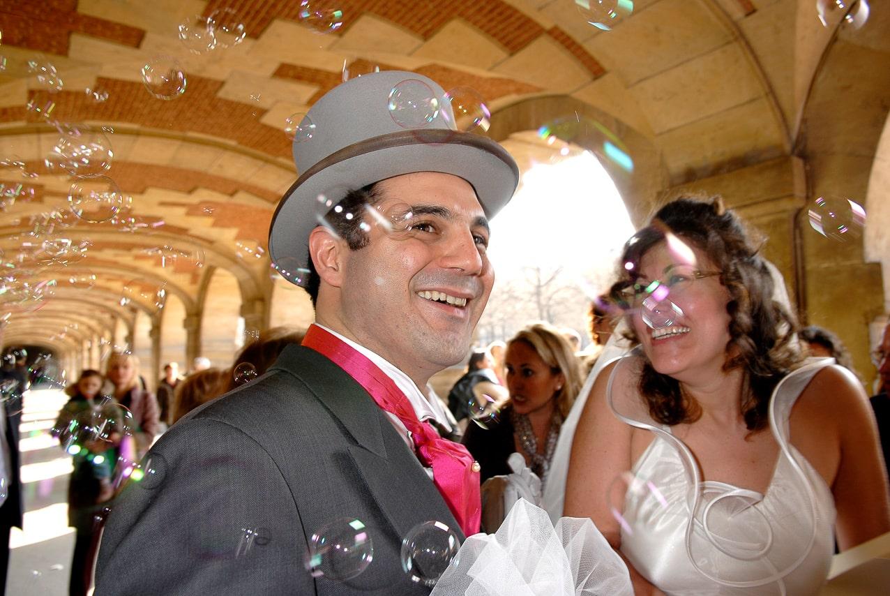 Mariés souriant avec les convives du mariage