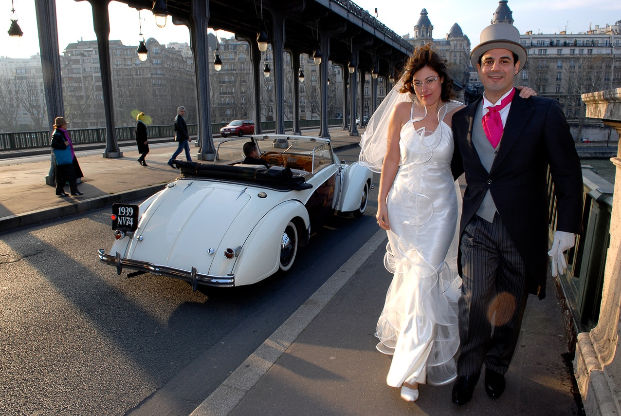 Mariés près d'un pont dans Paris