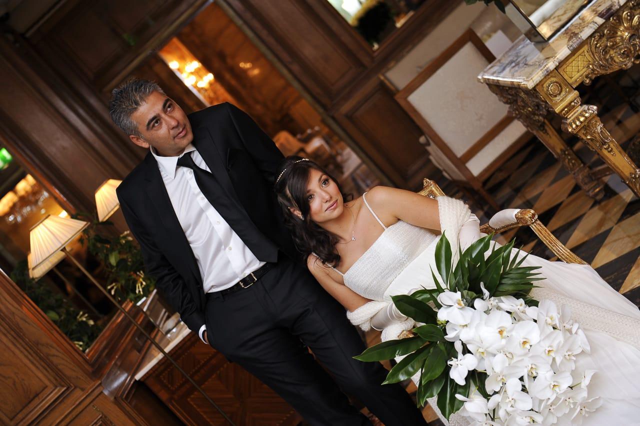 Portrait des mariés dans l'hôtel à Paris