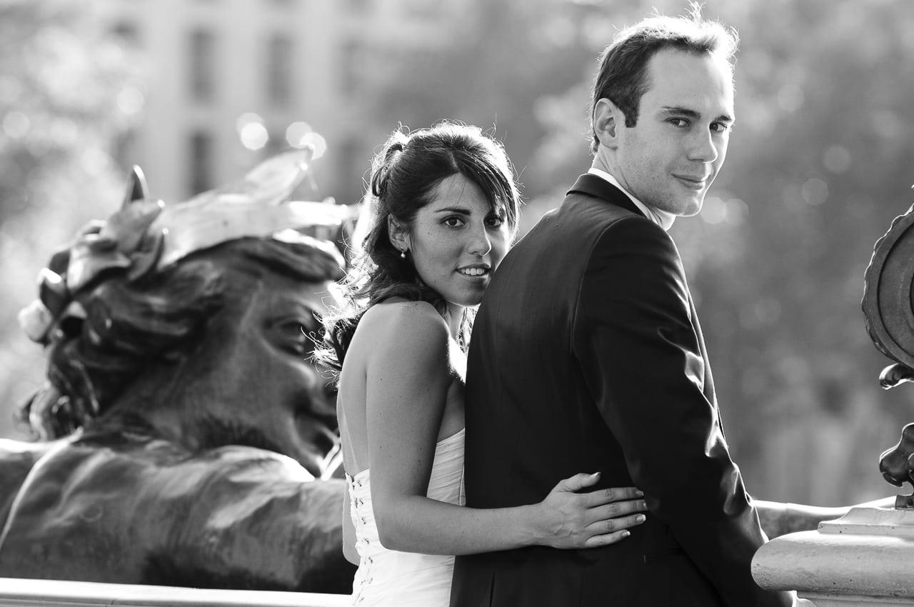 Mariés sur un pont à Paris