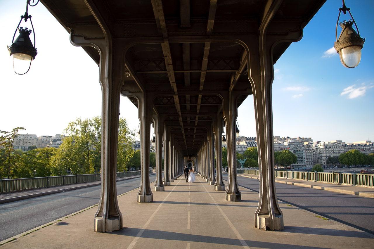 Mariés sous le pont Bir-Hakeim à Paris