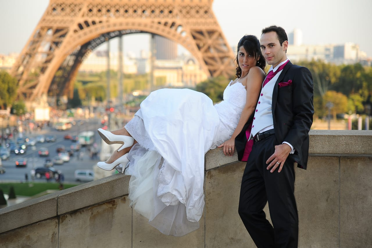 Mariés posant devant la Tour Eiffel