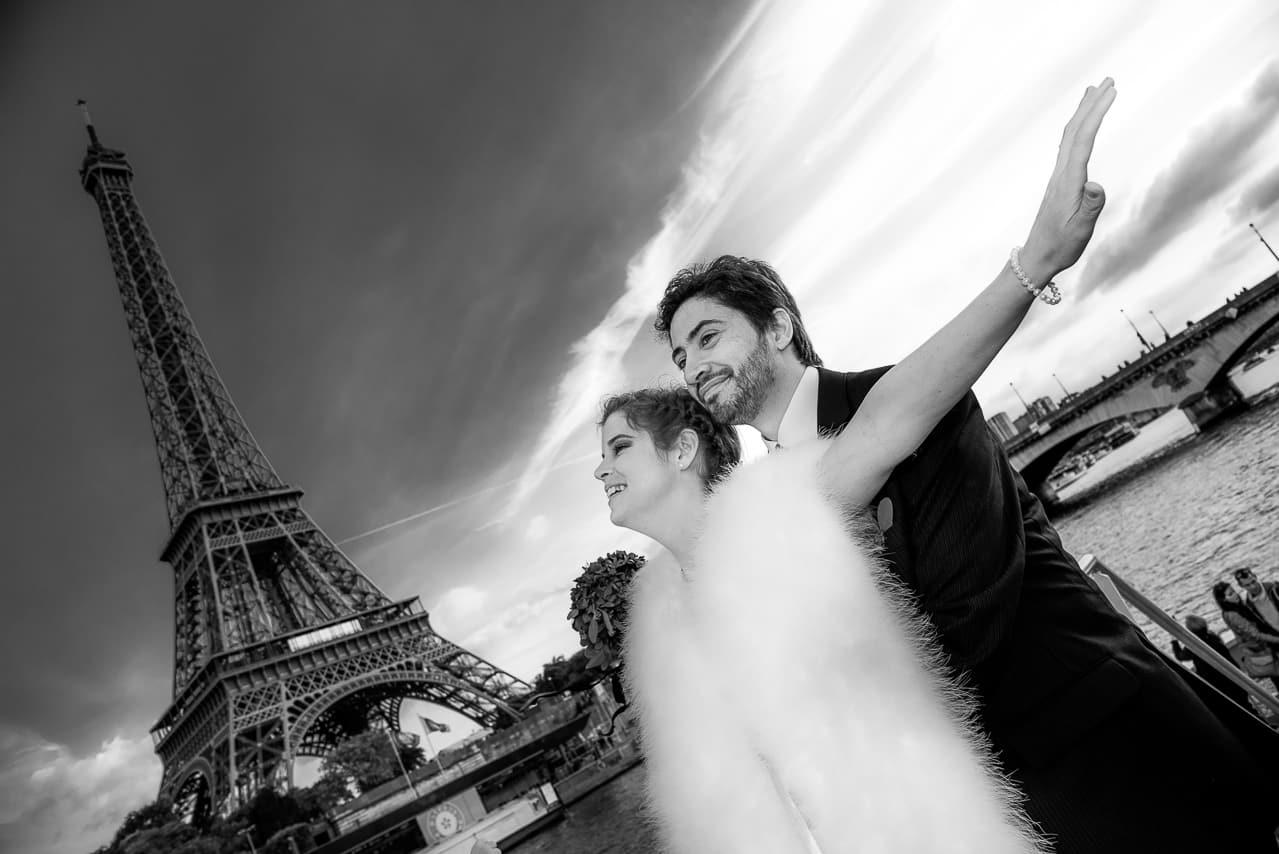 Mariés sur la Seine devant la Tour Eiffel
