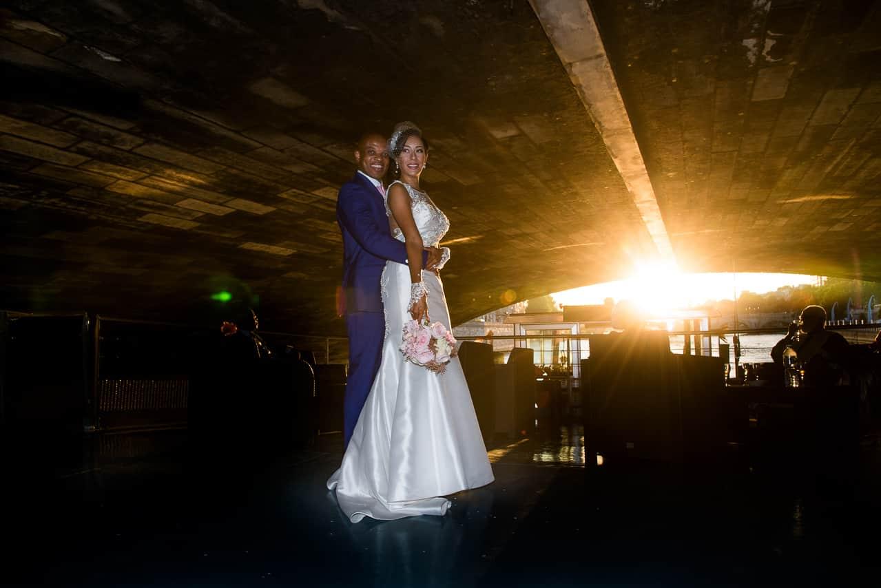 Mariés sur une péniche à Paris avec coucher de soleil