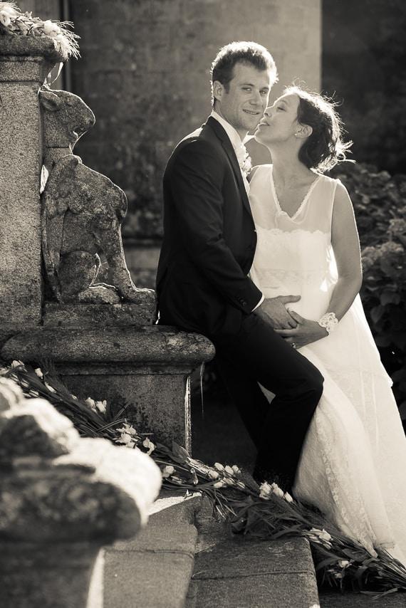 Les mariés sur les escaliers en pierre