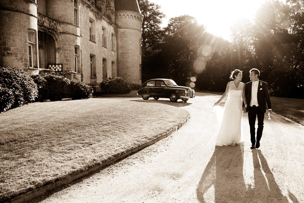 Les mariés dans le parc du château de Trédion