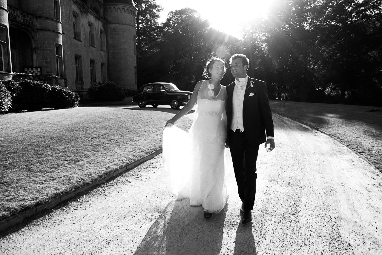 Les mariés heureux près du château de Trédion