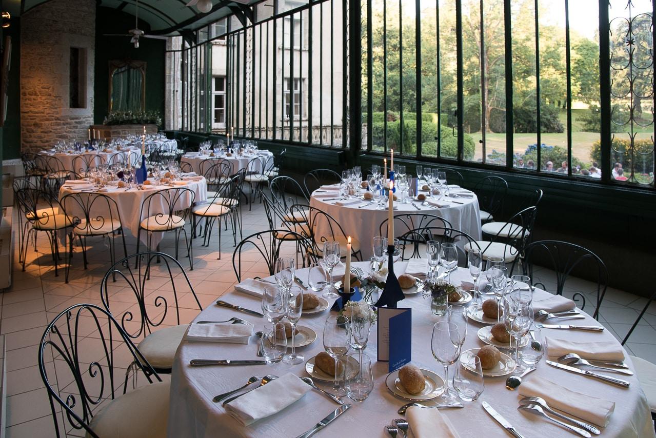 Salle de réception des convives avec les tables dressées