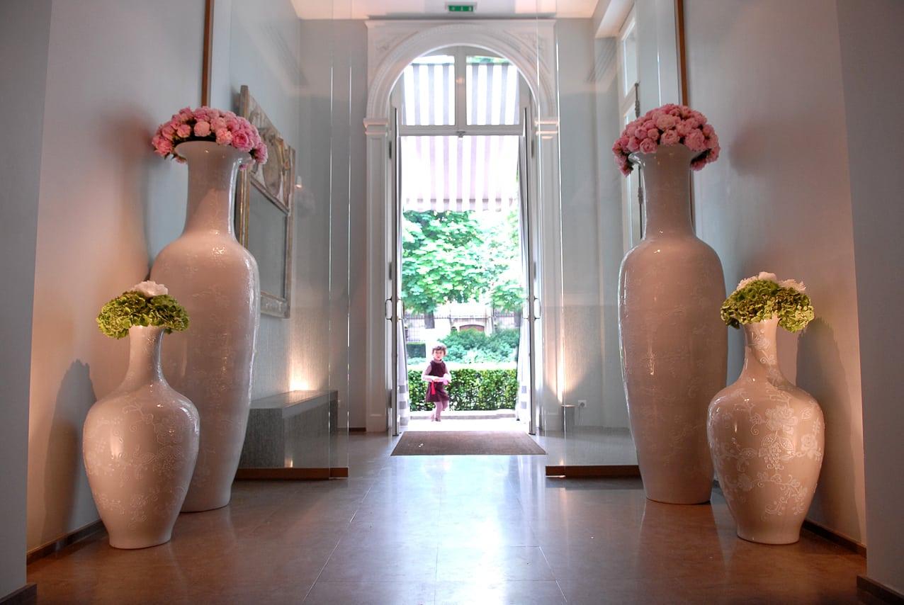Entrée du château avec des grands  vases