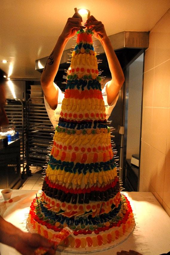 Préparation du gâteau de bonbons