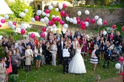 Les mariées et les convives dans le jardin