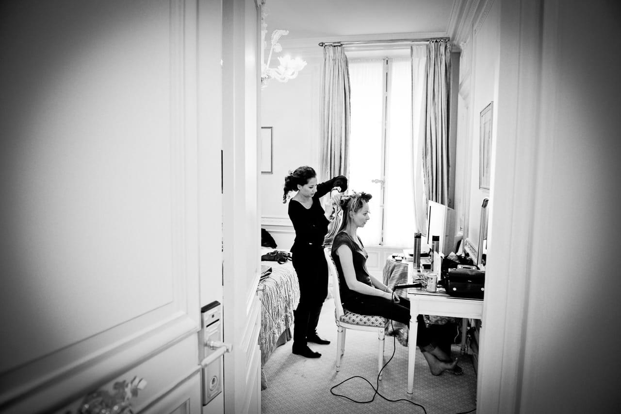 Préparation de la coiffure de la mariée