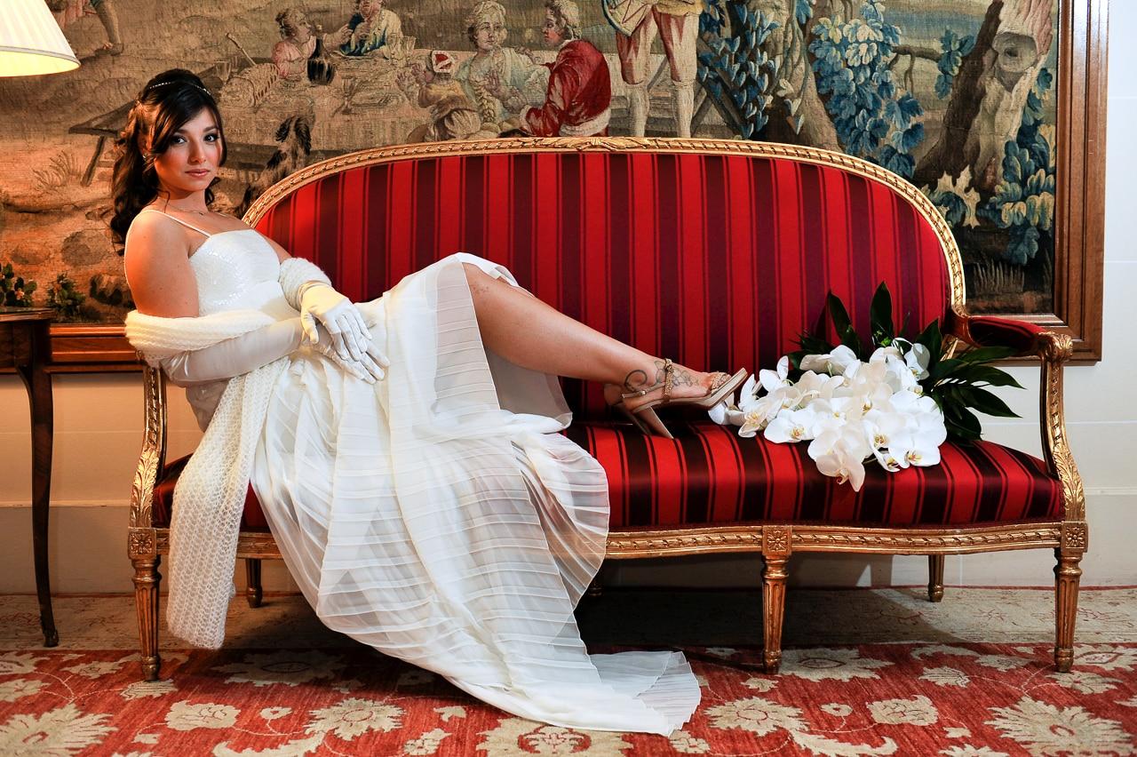 Mariée et sa robe blanche sur le canapé de l'hôtel