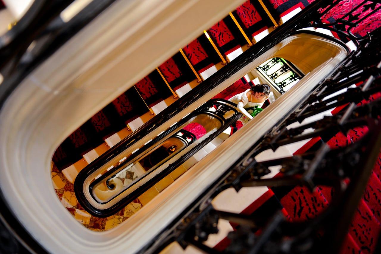 L'escalier de l'hotel vêtu de tapis rouges