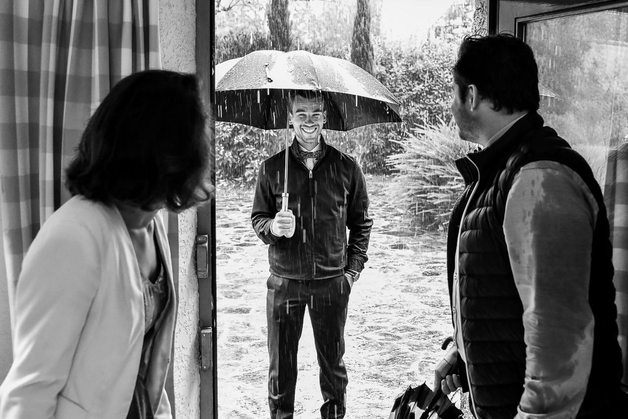 Homme riant sous la pluie