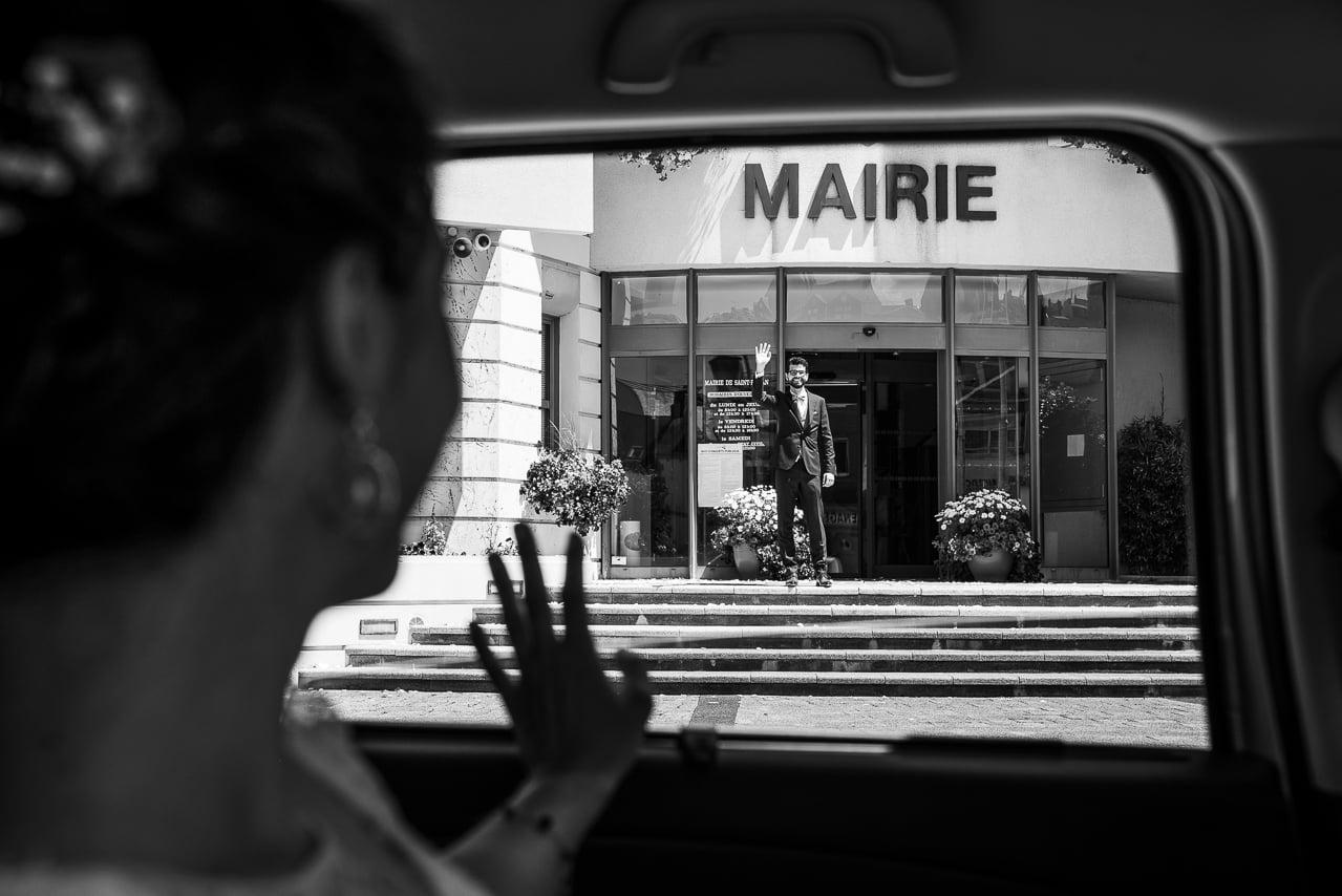Elegante mariée dans la voiture devant la mairie