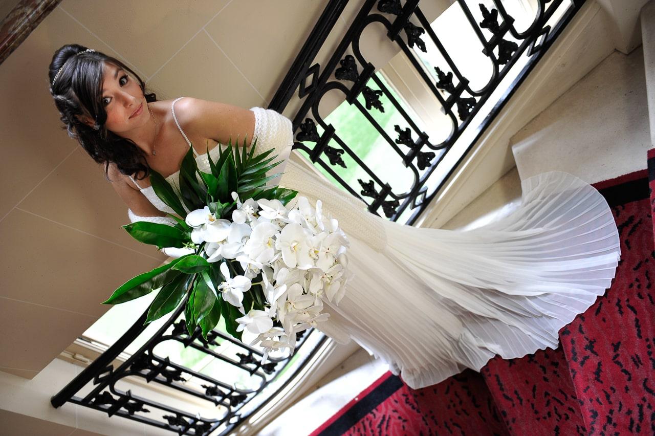 Mariée dans les escaliers de l'hôtel de Crillon