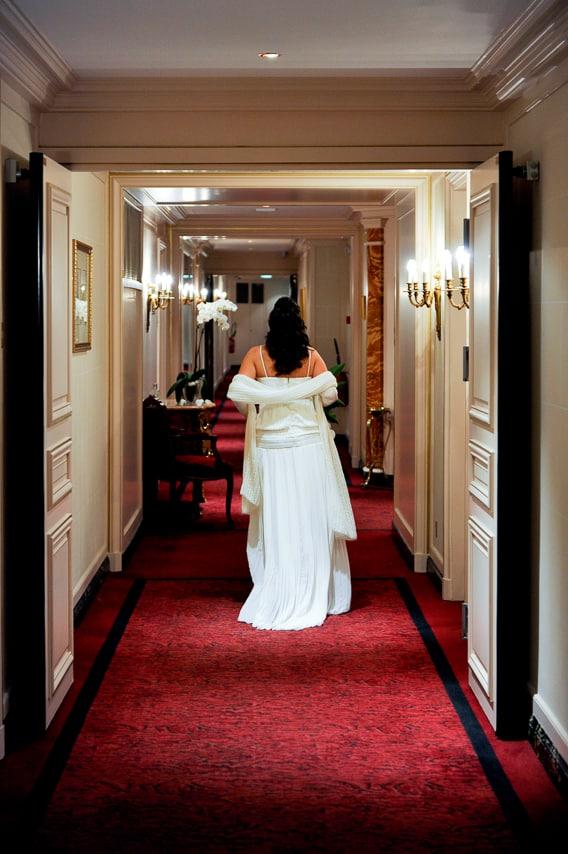 Mariée de dos dans le couloir de l'hôtel