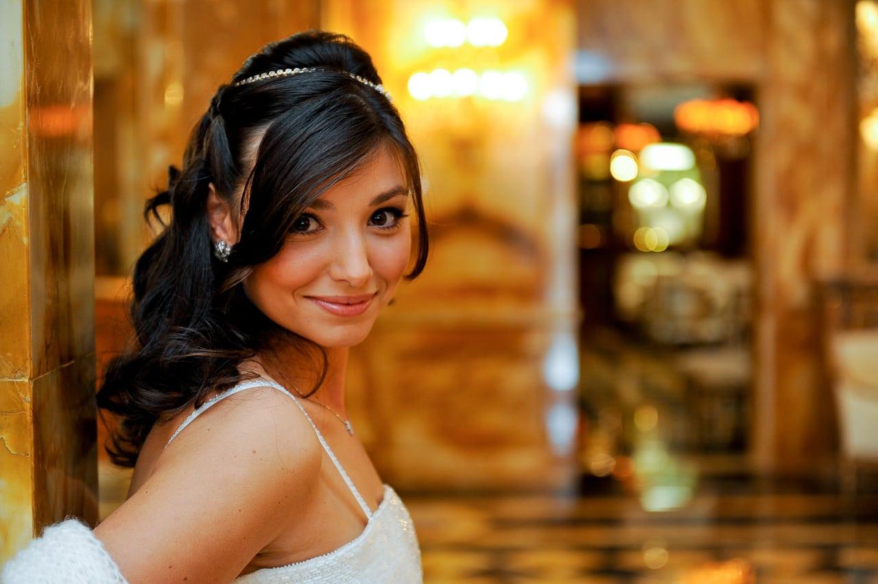 Magnifique portrait de la mariée dans l'hôtel de Crillon