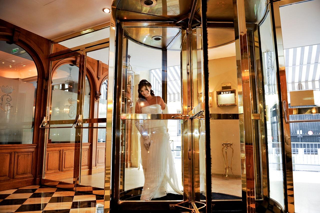 Mariée à l'entrée de l'hôtel de Crillon