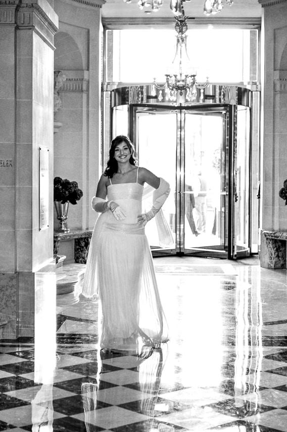 Portrait en noir et blanc de la mariée à l'entrée de l'hôtel
