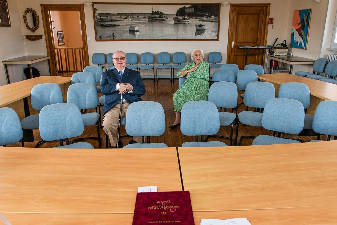 Couple assis dans la mairie