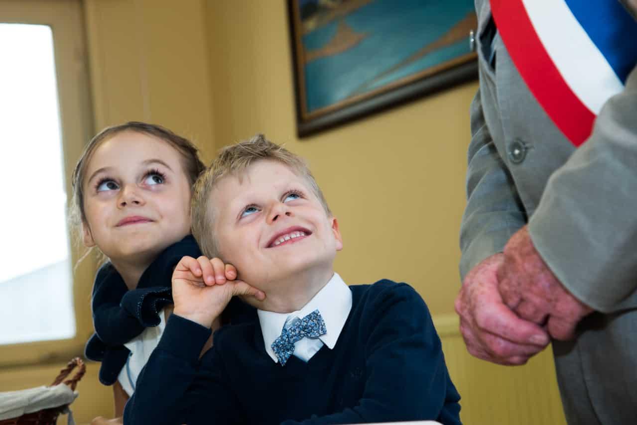 Enfants souriant devant le Maire