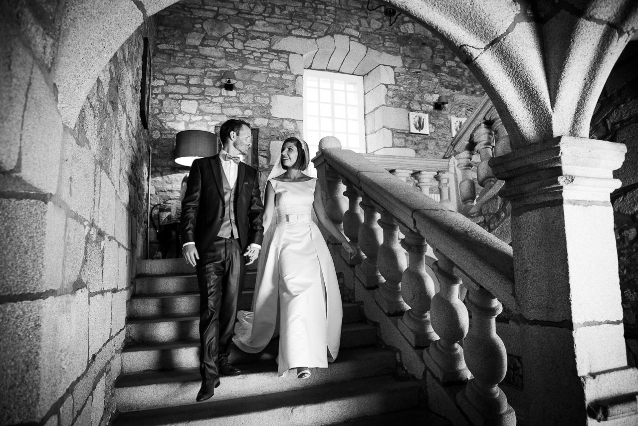 Mariés complices descendant un escalier