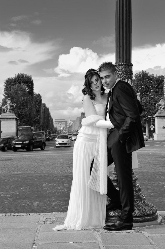 Portrait des mariés en noir et blanc dans Paris