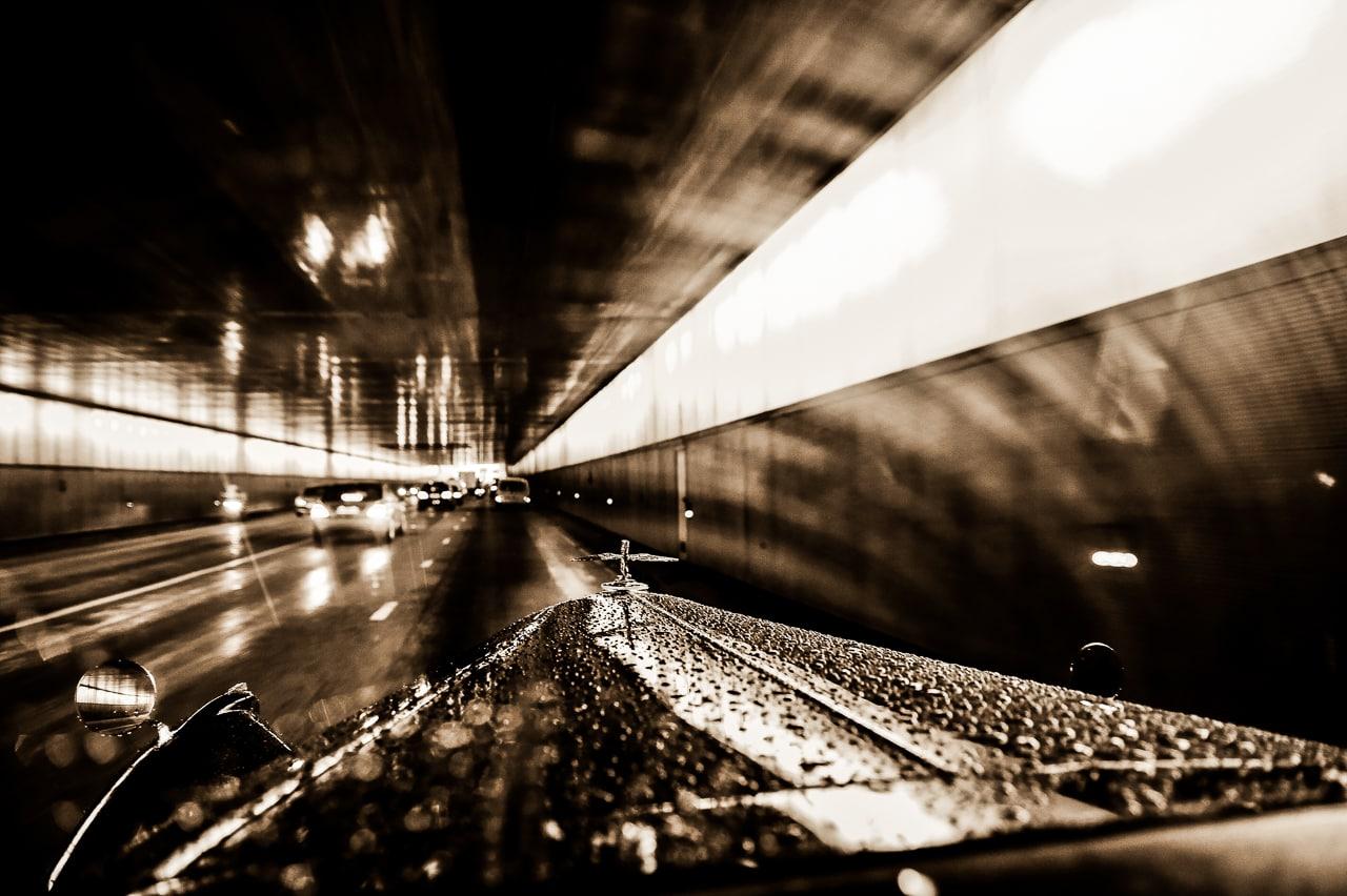 Rolls-Royce dans Paris sous un tunel