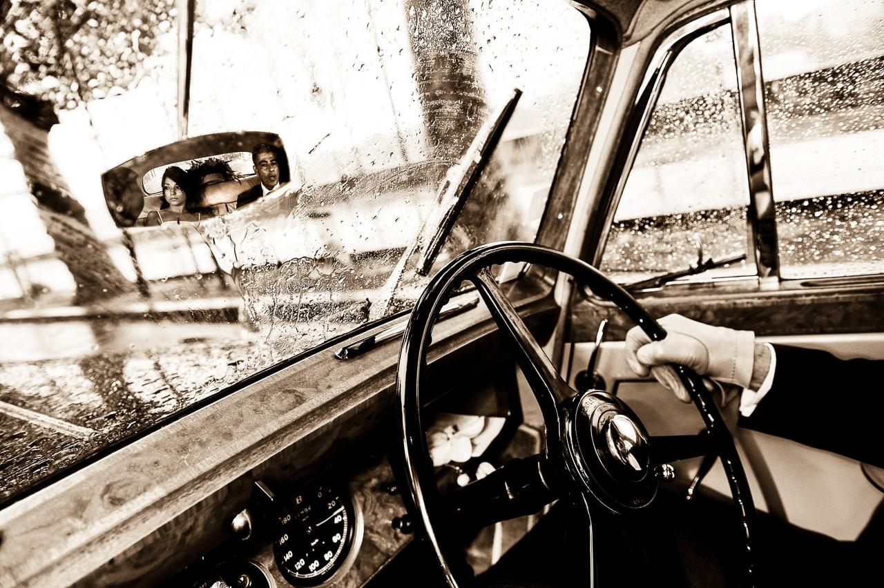 Volant de la voiture et regard des mariés dans le rétroviseur