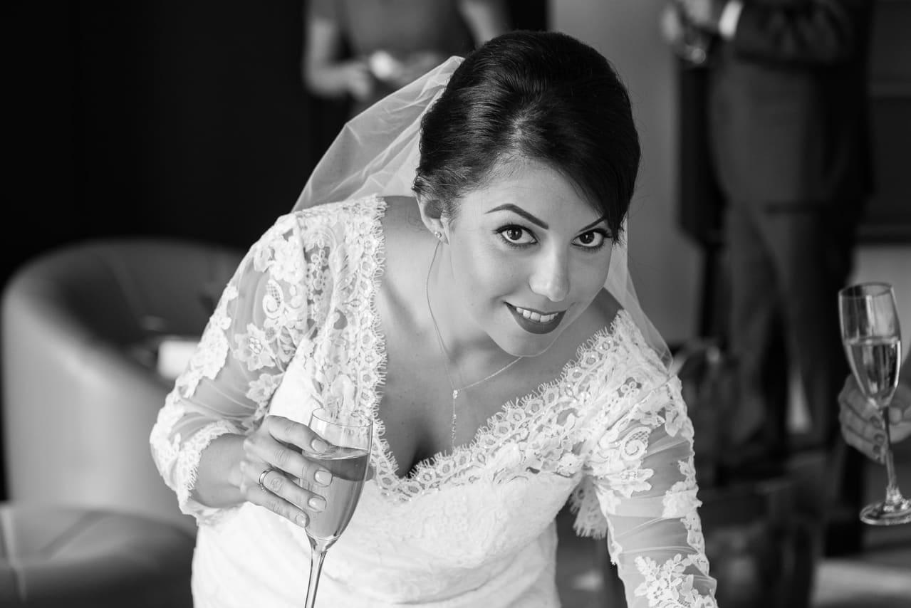 Magnifique portrait de la mariée en noir et blanc