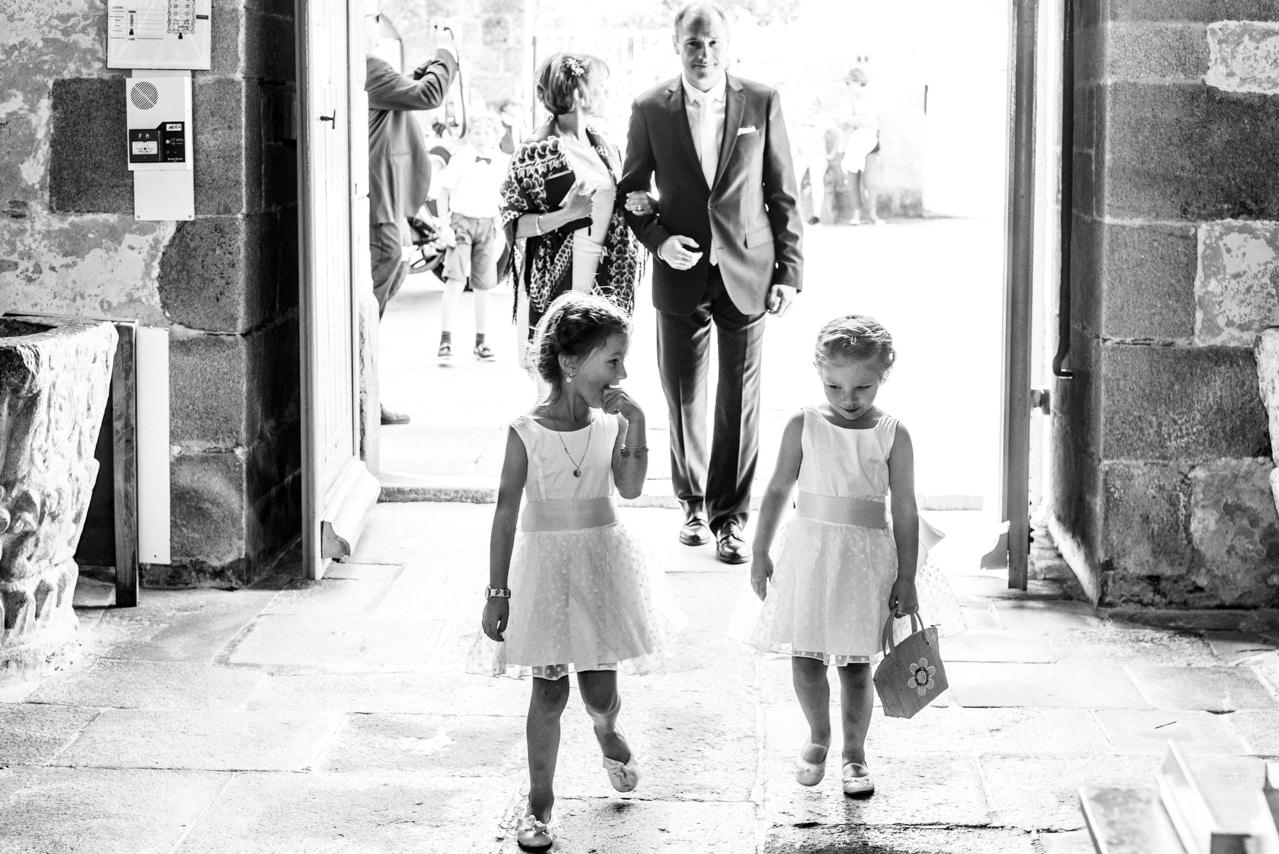 Enfants dans l'église
