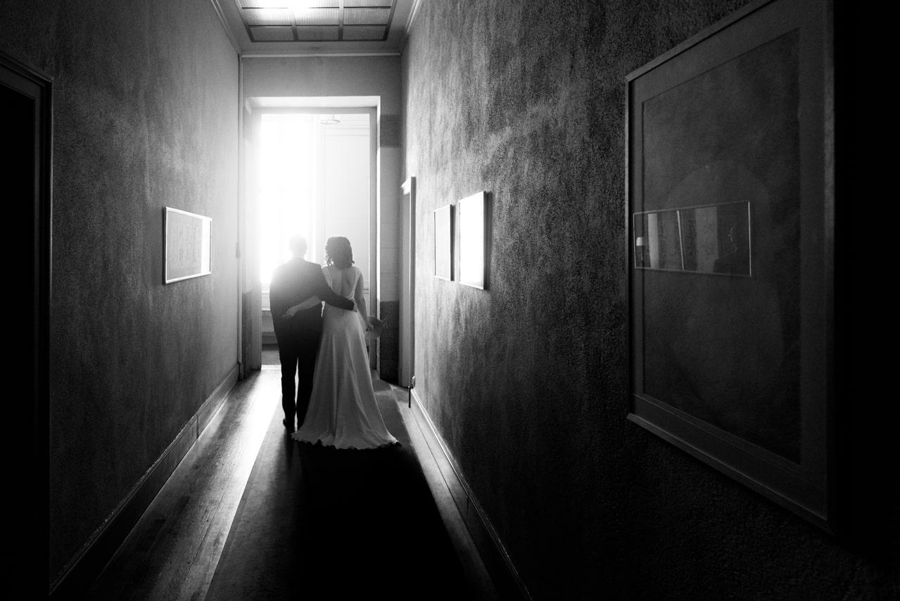 Mariés de dos avec un joli éclairage