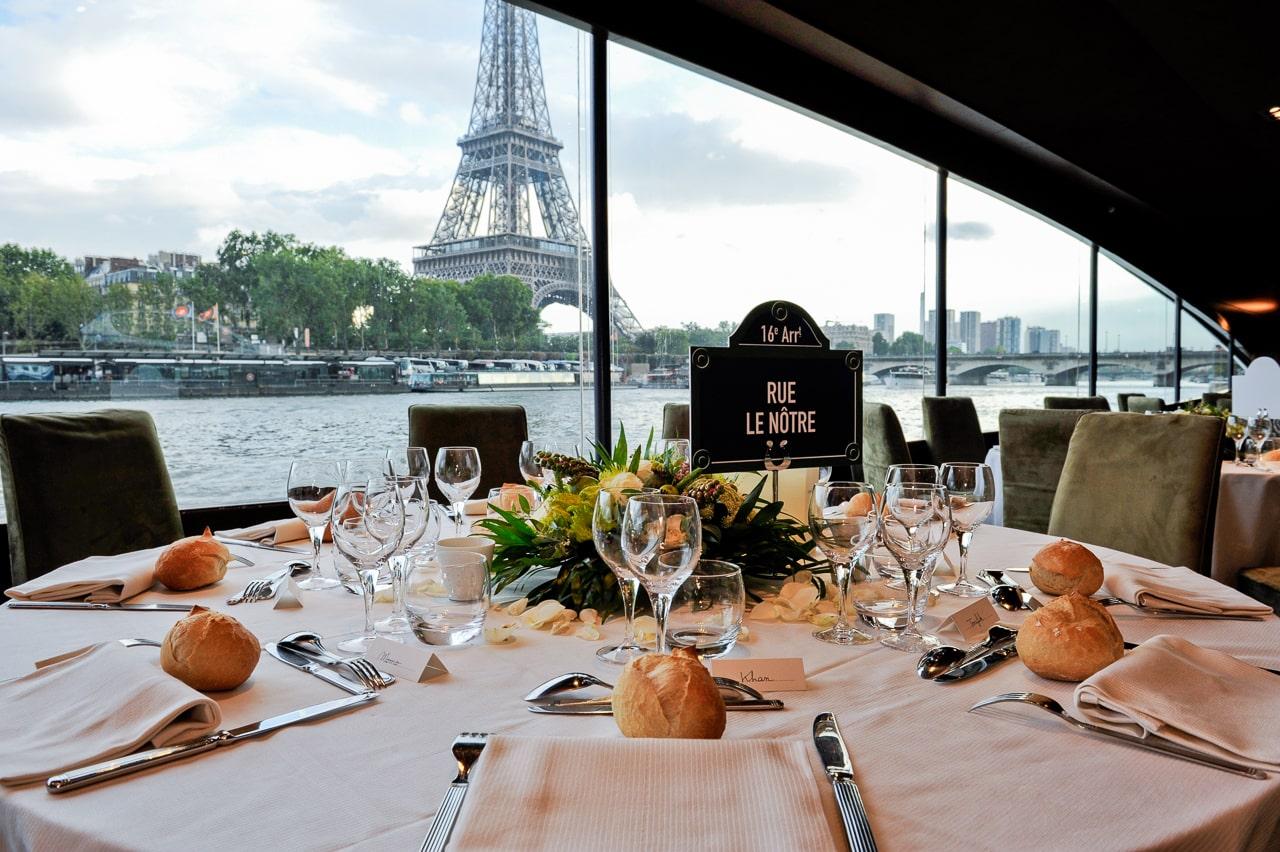 Magnifique vue d'un restaurant sur la Seine